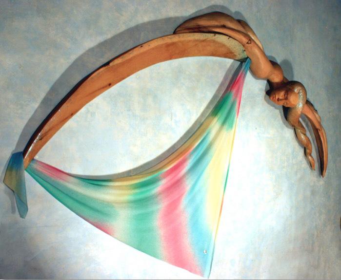 Iride, 1986, scultura in legno di cirmolo dipinta e stoffa, cm 200x150